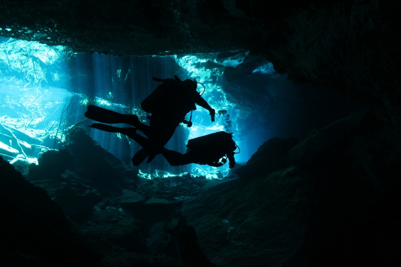 10618210-cenote-diving